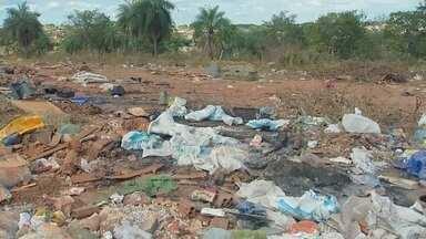 Lixo em terreno incomoda moradores de bairro em Rio Preto - Depois que viram uma reportagem da TV TEM mostrando um lixão no Nova Esperança, moradores de outro bairro também disseram que está acontecendo a mesma coisa.