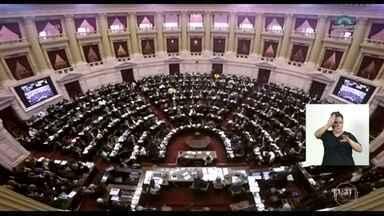 Votação da lei de legalização do aborto dura mais de 20 horas no Congresso argentino - Na Argentina, com sociedade e políticos extremamente divididos, o Congresso vota a lei da legalização do aborto. A sessão dura mais de 20 horas. Do lado de fora do Congresso, grupos contra e a favor da lei fizeram vigília para pressionar os deputados.