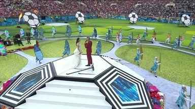 Cerimônia de abertura da Copa do Mundo tem a taça, Ronaldo Fenômeno e Robbie Williams - A taça da Copa do Mundo foi trazida pelo goleiro espanhol Casillas e pal modelo russa Natalia Vodianova. Ronaldo Fenômeno foi o representante brasileiro na festa. O show foi puxado pela soprano Aida Garifullina e pelo cantor Robbie Williams.
