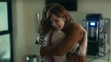 Eliane comemora com Gabriela a alta médica de Ana - A professora agradece a ajuda de Eliane para encontrar Pérola