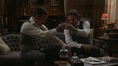 Aurélio fala sobre Julieta para Brandão - O pai de Ema diz que sente que a Rainha do Café guarda um segredo do passado