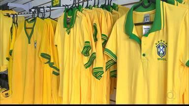 JPB2JP: É grande a procura pela camisa da Seleção Brasileira - Comércio animado.