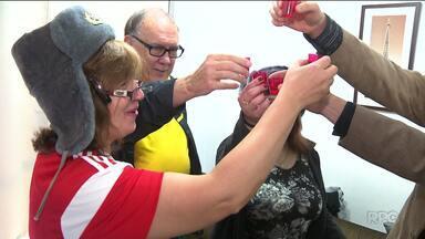 Na estreia da Copa, o time da casa fez a alegria de torcedores russos em Curitiba - Veja como foi a festa dos torcedores russos em terras curitibanas e aprenda a pronunciar os nomes dos jogadores.