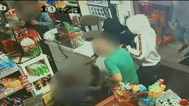 Polícia prende suspeitos de assalto que ficou famoso por reação de criança - O crime foi em um mercado de Paranavaí, dia 2 de junho. A criança tentou defender o pai, cliente do mercado, dando socos e chutes nos bandidos.