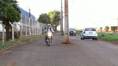Postes de iluminação ficam no meio da rua na região sul de Maringá - A prefeitura afirmou que a empresa, responsável pela obra, deve concluir o projeto até outubro