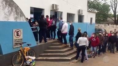 Moradores fazem fila para tomar vacina da gripe após casos de H1N1 - Registros foram feitos em Euclides da Cunha Paulista.