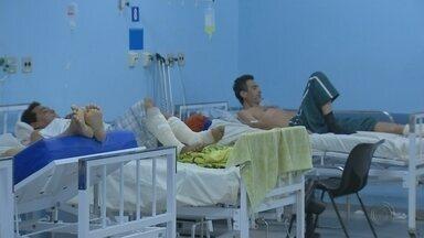 Pacientes precisam enfrentar fila para conseguir leito em hospitais de Bauru - Em Bauru, 52 pacientes aguardam na fila por um leito nos hospitais da cidade. Quatro estão em estado grave. A fila de espera é a segunda maior registrada neste ano.