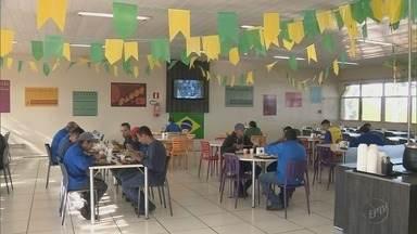 Trabalhadores e empresas negociam horários durante jogos do Brasil na Copa do Mundo - Trabalhadores e empresas negociam horários durante jogos do Brasil na Copa do Mundo