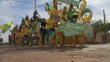 Bicicleta 'especial' de Cândido Mota completa 20 anos durante a Copa do Mundo - Cândido Mota tem a fama de ser a cidade das bicicletas. Mas uma em especial está completando 20 anos. E ela só sai às ruas em época de Copa do Mundo e para torcer pelo Brasil.