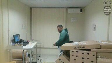 Homem é flagrado furtando mercadorias numa agência dos Correios - Caso aconteceu na Região Metropolitana de Curitiba.