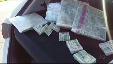 Homem é preso com mais de 540 mil dólares em carro na BR-116, em Pelotas - Segundo a Polícia Rodoviária Federal, é a maior apreensão de moeda estrangeira no estado este ano. Motorista disse que trouxe o carro da fronteira e não tinha conhecimento da presença do dinheiro.