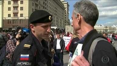 Ativista britânico é detido em Moscou em manifestação contra a homofobia - Na Rússia, lei proíbe protestos da comunidade LGBT; manifestantes protestavam contra a tortura de gays na Chechênia.