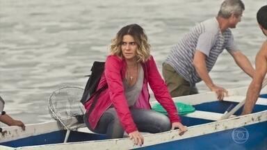 Luzia consegue fugir de Karola e pede ajuda a um pescador para voltar a Salvador - Karola paga Madalena para não comentar com Beto que ela esteve com Luzia