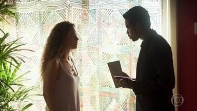 Roberval explica o que Selma deve dizer em sua entrevista coletiva à imprensa - Empresário afirma que sabe o que está rolando entre a viúva e Maura e a policial fica tensa
