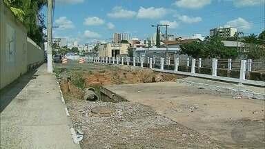 Obra inacabada abre buraco ao lado de escola em Passos, MG - Obra inacabada abre buraco ao lado de escola em Passos, MG