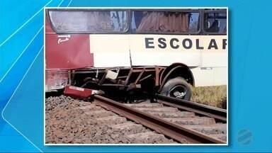 Ônibus com estudantes estraga em trilhos e é atingido por trem em MS - Nenhum estudante e nem o motorista ficaram feridos. Eles conseguiram sair a tempo.