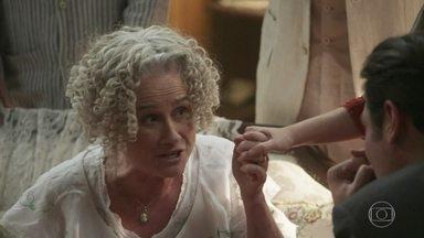 Ofélia fica exultante com o noivado de Elisabeta e Darcy - Felisberto pede para ter uma conversa a sós com a filha mais velha. Lídia tenta chamar a atenção para contar às irmãs que também está noiva de um bonitão