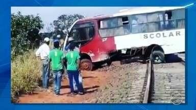Ônibus escolar para em trilho, crianças descem e veículo é atingido por trem em MS - Acidente foi na tarde de segunda-feira (18), em Inocência.