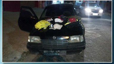 Vítimas de arrastão em Ferraz de Vasconcelos reconhecem objetos apreendidos com suspeitos - Os pertences estavam no assoalho do carro da quadrilha.