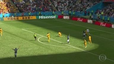 Árbitro de vídeo foi usado quatro vezes na primeira rodada da Copa do Mundo - A seleção que mais fez falta foi a Coreia do Sul. Já a Espanha foi o time que mais acertou passes, com 93% de aproveitamento. No total, foram marcados 38 gols, o que dá uma média de 2,38 gols por jogo.