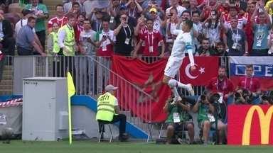 Gol de Portugal! Cristiano Ronaldo se livra da marcação e faz de cabeça aos 4 do 1º tempo - Gol de Portugal! Cristiano Ronaldo se livra da marcação e faz de cabeça aos 4 do 1º tempo
