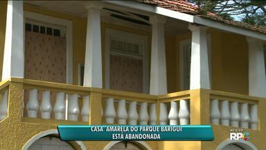"""Casa amarela e lojas """"Leve Curitiba"""" foram fechadas - A casa amarela do Parque Barigui chegou a ser invadida por vândalos."""