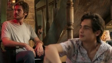 Beto encontra Ícaro no casarão - Cantor faz uma visita para Valentim