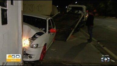 Carro bate contra muro de empresa em Goiânia - Segundo os bombeiros, motorista teve ferimentos leves.