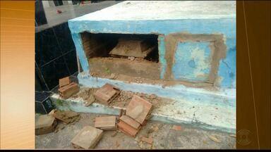 Túmulo de Polícia Militar morto por outro PM é violado em Campina Grande - Viúva e mãe encontraram o túmulo aberto com tijolos espalhados pelo chão.
