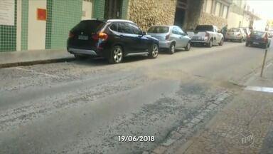 'Até Quando?': Sanasa conserta buraco na Rua Doutor Quirino, no Centro de Campinas - O buraco havia sido aberto pela empresa 20 dias atrás para uma obra, na entrada de um prédio. O reparo levou menos de meia hora.
