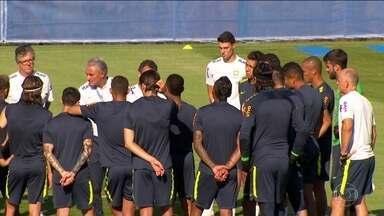 Seleção brasileira tem quatro jogadores machucados - Douglas Costa foi o último e está de fora do jogo contra a Sérvia na próxima quarta (27), assim como Danilo. Neste domingo (24), jogadores treinaram em Sóchi.
