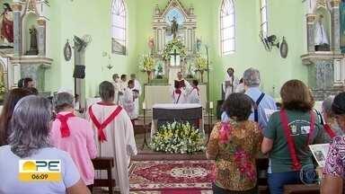 Católicos homenageiam São João em missa realizada na Zona Oeste do Recife - Celebração foi presidida pelo arcebispo de Olinda e Recife, dom Fernando Saburido.