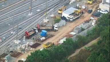 Circulação de trens é interrompida na Linha 12-Safira da CPTM - Motivo é a obra de modernização que ligará os trilhos da linha 12 aos da linha 13. Obra deveria ter acabado no fim de semana.