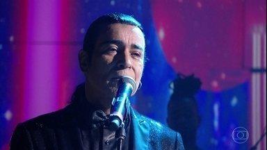 """Elymar Santos canta """"Bastidores"""" - Cantor abriu o 'Conversa' com música de Chico Buarque"""