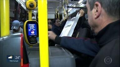 Truques ajudam a gastar menos tempo e dinheiro no transporte coletivo - No metrô, muitos escolhem ficar perto de uma certa porta, para ficar mais perto da saída. Para alguns destinos, vale embarcar nas extremidades.