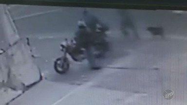 Câmeras de segurança mostram assalto a motociclista no Campos Elíseos em Campinas - Vítima foi cercada pelos suspeitos e a mochila dela também foi levada.