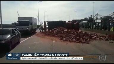 Caminhão tomba na Ponte Rio-Niterói e causa congestionamento de 1h30 no sentido Rio - Veículo, que carregava tijolos, trafegava no horário permitido.