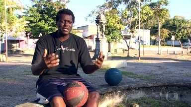 Jogador de basquete dá aulas no Cesarão, em Santa Cruz - WG é morador da comunidade na Zona Oeste do Rio. Atualmente, ele dá aulas de basquete na favela.