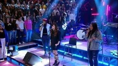 Pitty canta 'Me Adora' - Ela é acompanhada por Tássia Reis e Emmily Barreto nos vocais