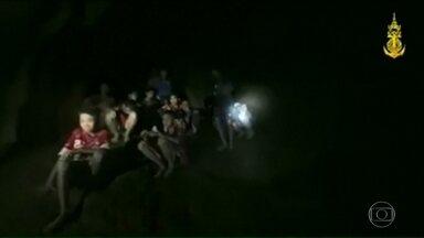 Na Tailândia, meninos estão presos há 10 dias dentro de uma caverna - Equipes de resgate dos Estados Unidos estão enviando comida para dentro da caverna onde 12 meninos estão presos. O resgate pode durar meses.