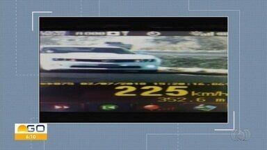 Carro atinge velocidade recorde de 225 km/h na BR-060, em Acreúna, GO - Segundo PRF, motorista do GM Camaro desobedeceu ao sinal de parada dos policiais; 500 veículos foram multados em Goiás na segunda-feira (2) por desrespeitar os limites de velocidade nas rodovias federais.