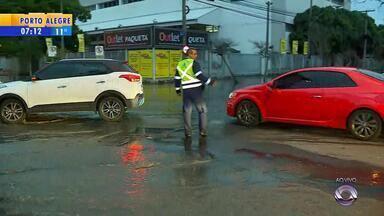 Problemas na rede de esgoto prejudicam acesso a Porto Alegre - De acordo com a prefeitura, não há dinheiro em caixa e bloqueio para a realização de obras prejudicaria ainda mais o tráfego na região.