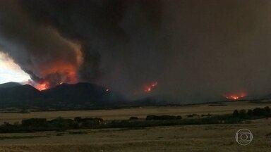 Bombeiros combatem incêndios no oeste dos EUA - Incêndios fora de controle já destruíram mais de 100 casas.