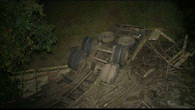 Motorista morre após capotar caminhão no Sertão da Paraíba - Motorista estava sozinho e o veículo ficou destruído com após acidente.