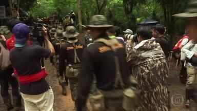Na Tailândia, drama dos 12 meninos presos em caverna pode durar meses - Grupo foi encontrado a quatro quilômetros da entrada da caverna e a saída seria num mergulho de 90 minutos. Outra opção é esperar a água baixar.