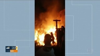 Família morre em incênio na Zona Norte da Capital - Chamas destruíram barracos na Favela da Tribo, na Brasilândia. Principal hipótese é que fogo começou por causa de ligação clandestina de energia.