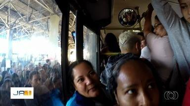 Passageiros reclamam da redução da quantidade de ônibus no período de férias, em Goiânia - Usuários viajam em veículos lotados.