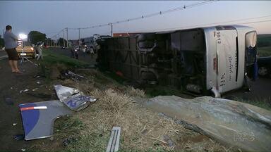 Acidente deixa um morto e outros 13 feridos na BR-376 - Acidente aconteceu na madrugada desta quinta-feira em Marialva.