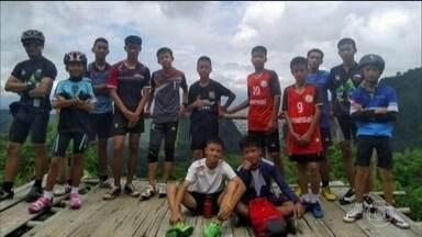 Meninos presos em caverna recebem apoio do lado de fora - Parentes, amigos e também jogadores de futebol enviaram mensagens de apoio. E um dos garotos recebeu destaque na imprensa da Tailândia, hoje. Foi ele quem se comunicou, em inglês, com os mergulhadores.