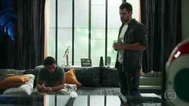 Rafael conversa com Márcio sobre sua relação com Gabriela - O diretor da ONG avisa que os dois precisam combinar uma nova dinâmica já que Gabriela fará parte da vida deles. Márcio não gosta da ideia